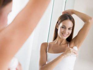 Наносить антиперспирант лучше на сухую кожу или на ночь