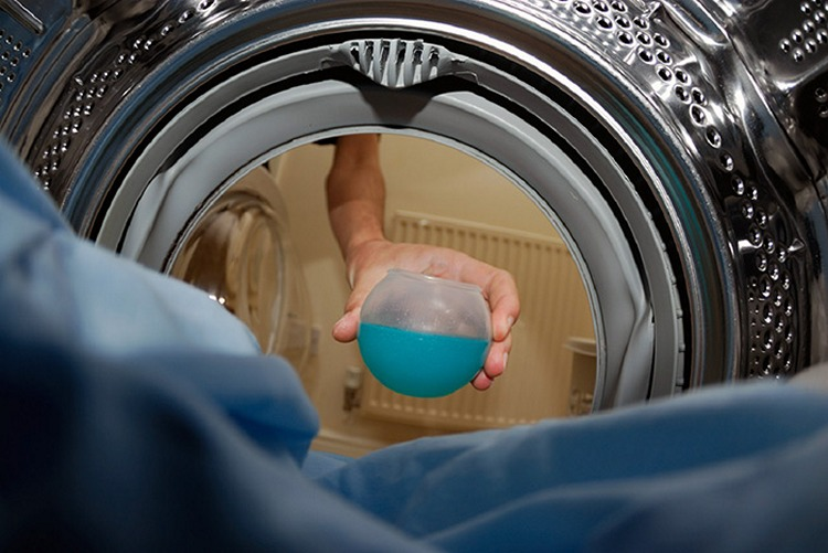 Жидкие стиральные порошки не впитываются в волокна ткани, а поэтому не оставляют белых пятен и разводов