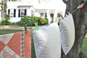 Не рекомендуется сушить подушки на бельевой веревке в подвешенном виде