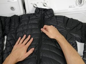 Перед стиркой необходимо застегнуть молнию на куртке