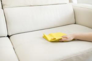 Чистка дивана с помощью мыльного раствора