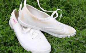 Белые кроссовки не рекомендуется сушить на солнце