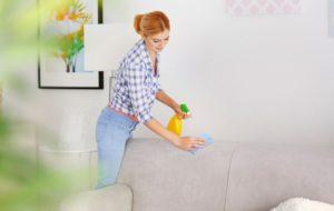Протирать диван из велюра можно тряпкой из микрофибры