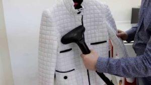 Расправить куртку можно при помощи пылесоса