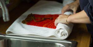 Шерстяную шапку необходимо сушить при помощи полотенца