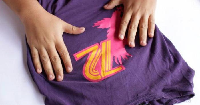 Как убрать наклейку с одежды и клей от нее: снять рисунок или надпись с футболки, кофты или майки в домашних условиях
