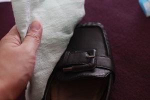 Протирание обуви влажной тряпкой