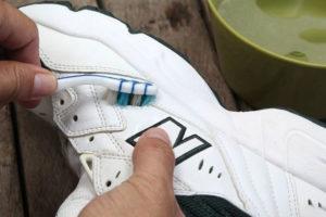Зубная паста помогает убрать желтизну с обуви