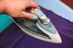 Удалить пятно от клея можно с помощью глажки