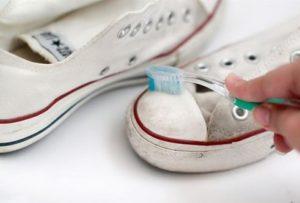 Убрать загрязнения можно с помощью зубной щетки