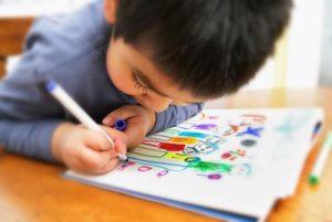 ребенок рисует семью