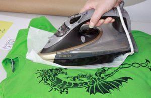Использование утюга против наклеек на одежде