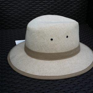 Белая фетровая шляпа