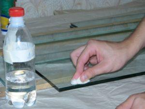 Чем убрать клей со стекла
