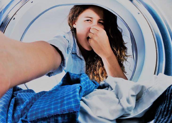 Почему после стирки белье пахнет затхлым