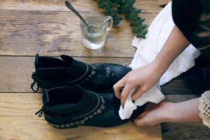 Оттереть клей с обуви