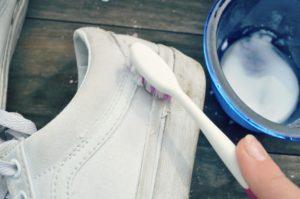 Чистка белых кед