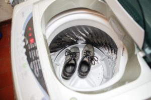 Кроссовки не следует стирать в машинке