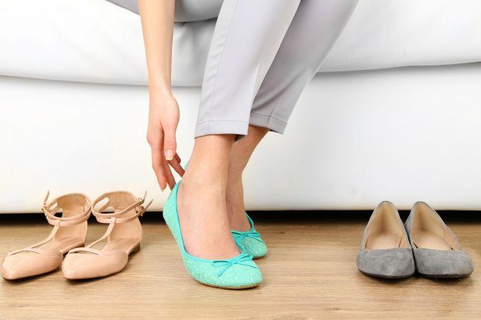 Жмет обувь
