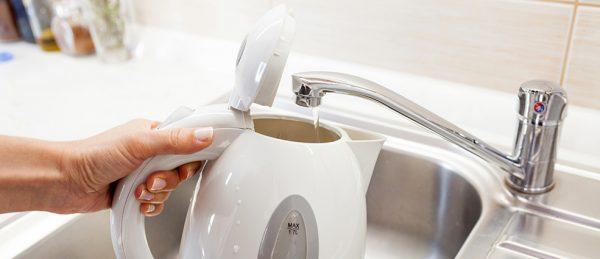 Не стоит наливать горячую воду из крана в чайник