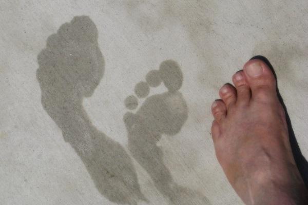 Сильно пахнут ноги и обувь: как вывести запах?