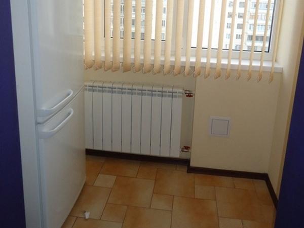 Холодильник рядом с батареей