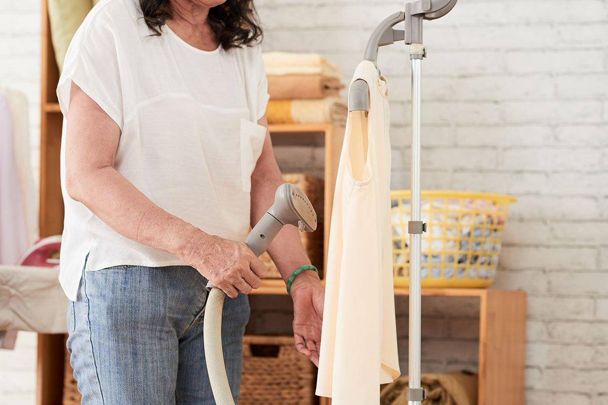 Паровой утюг для вертикальной глажки одежды