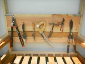 Хранение садового инвентаря на даче, чтобы он не мешал
