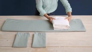 Вертикальное хранение одежды на полках в шкафу